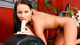 Super hot girl rubs her cunt on her sybian until she comes !