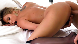 Sexy busty babe Samantha Saint meets client for..