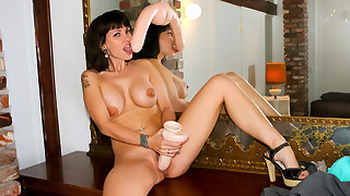 Super hot dark haired chick rubs her sweet horny cunt !